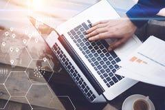 Pojęcie cyfrowy ekran, geolocation ikona, wirtualny diagram, wykresów interfejsy Obsługuje działanie z laptopem przy biurem przy  Obrazy Royalty Free