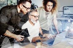 Pojęcie cyfrowy ekran, wirtualnego związku ikona, diagram, wykresów interfejsy Brodaty pomyślny biznesmen opowiada z obraz royalty free