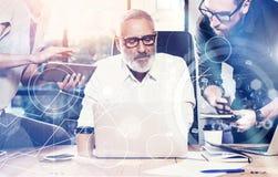 Pojęcie cyfrowy ekran, wirtualnego związku ikona, diagram, wykresów interfejsy Dorosły biznesmen słucha koledzy dla Fotografia Stock
