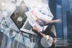 Pojęcie cyfrowy ekran, wirtualnego związku ikona, diagram, wykresów interfejsy Dorosły tatuujący coworker pracuje z laptopem zdjęcia stock