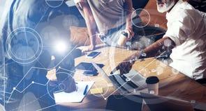 Pojęcie cyfrowy ekran, wirtualnego związku ikona, diagram, wykresów interfejsy Drużynowi młodzi coworkers robi wielkiej pracie Fotografia Stock