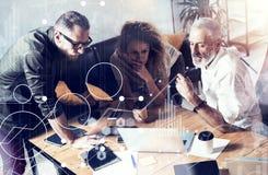 Pojęcie cyfrowy ekran, wirtualnego związku ikona, diagram, wykresów interfejsy Ludzie biznesu brainstorming fotografię brodaty Obrazy Royalty Free