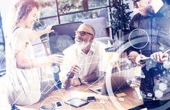 Pojęcie cyfrowy ekran, wirtualnego związku ikona, diagram, wykresów interfejsy Młodego biznesu drużynowa robi wielka kawa Fotografia Royalty Free
