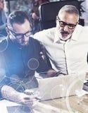 Pojęcie cyfrowy ekran, wirtualnego związku ikona, diagram, wykresów interfejsy Młody brodaty mężczyzna pracuje wraz z Zdjęcie Royalty Free