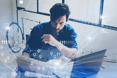 Pojęcie cyfrowy ekran, wirtualnego związku ikona, diagram, wykresów interfejsy Młody coworker pracuje przy coworking miejscem dal obrazy royalty free