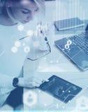 Pojęcie cyfrowy ekran, wirtualnego związku ikona, diagram, wykresów interfejsy Odgórnego widoku młoda piękna kobieta pracuje przy Obrazy Stock
