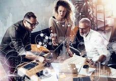 Pojęcie cyfrowy ekran, wirtualnego związku ikona, diagram, wykresów interfejsy Potomstwa zespalają się pomyślnego biznesmena robi Fotografia Stock