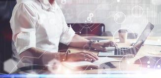 Pojęcie cyfrowy ekran z globalną wirtualną ikoną, diagram, wykresów interfejsy Dorosły brodaty biznesmen jest ubranym klasyka Obraz Stock