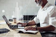 Pojęcie cyfrowy ekran z globalną wirtualną ikoną, diagram, wykresów interfejsy Dorosły brodaty biznesmen jest ubranym klasyka obrazy royalty free