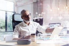 Pojęcie cyfrowy ekran z wirtualną ikoną, diagramem, wykresem i interfejsami, Dorosły fachowy akcyjny handlowiec jest ubranym a obraz royalty free
