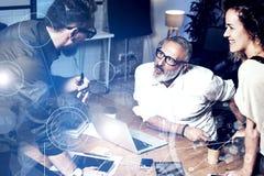 Pojęcie cyfrowy ekran z wirtualnego związku ikoną, diagram, wykresów interfejsy Potomstwa zespalają się coworkers robi wielkiej p Fotografia Stock