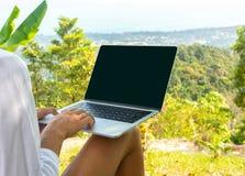 Pojęcie daleka praca lub freelancer styl życia Kaukaska kobieta z laptopu obsiadaniem przy tropikalnym punkt widzenia obraz royalty free