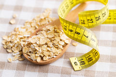 pojęcie diety Oatmeal i pomiarowa taśma Fotografia Stock