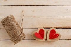 Pojęcie dla historii miłosnych dla walentynka dnia i Sznurek inskrypcje od go i handmade kartonowi serca na naturalnym, obrazy royalty free
