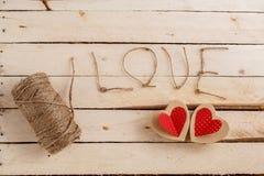 Pojęcie dla historii miłosnych dla walentynka dnia i Sznurek inskrypcje od go i handmade kartonowi serca na naturalnym, obrazy stock