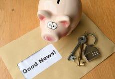 Pojęcie dobre wieści z prosiątko bankiem zdjęcie royalty free
