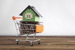 Pojęcie dom w zakupy tramwaju na białym tle Pomysł: kupować dom, wynajmowanie, sprzedawanie nieruchomość zdjęcie royalty free