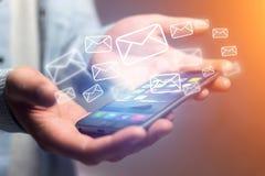 Pojęcie dosłanie email na smartphone interfejsie z wiadomością ic Zdjęcie Stock