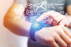 Pojęcie dosłanie email z technologii smartwatch interfejsem Obrazy Royalty Free