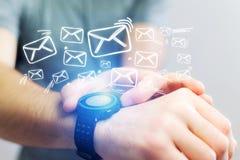 Pojęcie dosłanie email z technologii smartwatch interfejsem Zdjęcia Stock