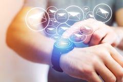 Pojęcie dosłanie email z technologii smartwatch interfejsem Fotografia Royalty Free