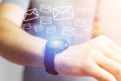 Pojęcie dosłanie email z technologii smartwatch interfejsem Zdjęcie Stock