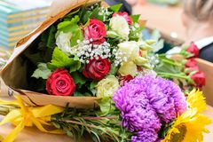 Pojęcie dostawać bukiety kwiaty na urodziny Pierwszy zdjęcie royalty free