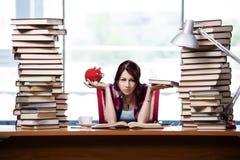Pojęcie drodzy podręczniki z żeńskim uczniem fotografia royalty free