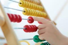 Pojęcie dziecka ` s ekonomiczna edukacja Chłopiec ` s ręka bawić się z kontuar zabawki zbliżeniem fotografia stock