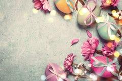 pojęcie Easter szczęśliwy Świąteczny rocznika tło z dekorującymi jajkami Obrazy Stock