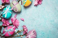 pojęcie Easter szczęśliwy Świąteczny rocznika tło z dekorującymi jajkami i menchiami kwitnie Zdjęcie Royalty Free