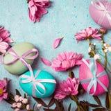 pojęcie Easter szczęśliwy Świąteczny rocznika tło z dekorującymi jajkami i menchiami kwitnie Fotografia Stock