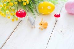 pojęcie Easter szczęśliwy Dwa Easter królika jajka i królik świętujemy dla Easter dnia Zdjęcie Royalty Free