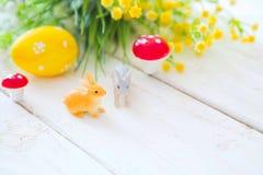 pojęcie Easter szczęśliwy Dwa Easter królika jajka i królik świętujemy dla Easter dnia Fotografia Stock