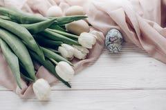 pojęcie Easter szczęśliwy eleganccy biali tulipany i Easter jajka z Zdjęcia Stock