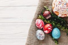 pojęcie Easter szczęśliwy eleganccy malujący jajka i Easter zasychają na ru Zdjęcia Royalty Free