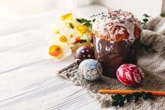 pojęcie Easter szczęśliwy eleganccy malujący jajka i Easter zasychają na wh Obrazy Stock