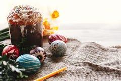 pojęcie Easter szczęśliwy eleganccy malujący jajka i Easter zasychają na wh Zdjęcia Royalty Free