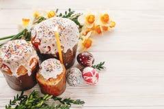 pojęcie Easter szczęśliwy eleganccy malujący jajka i Easter zasychają na wh Obraz Stock