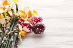 pojęcie Easter szczęśliwy eleganccy malujący jajka na nieociosanym drewnianym plecy Obrazy Stock