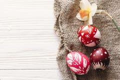 pojęcie Easter szczęśliwy eleganccy malujący jajka na nieociosanym drewnianym plecy Zdjęcie Stock