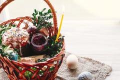 pojęcie Easter szczęśliwy elegancki kosz z malującymi jajkami, chleb, h Fotografia Stock