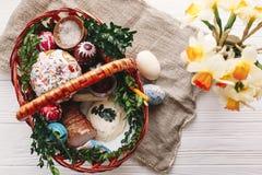 pojęcie Easter szczęśliwy elegancki kosz z malującymi jajkami, chleb, h Obrazy Royalty Free