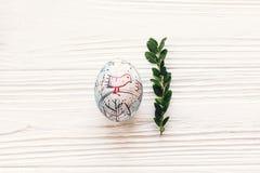 pojęcie Easter szczęśliwy elegancki malujący jajko na biały nieociosany drewnianym Obrazy Stock