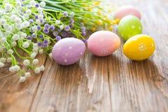 pojęcie Easter szczęśliwy Kolorowi Easter jajka, kwiaty na drewnianej desce i Obraz Royalty Free