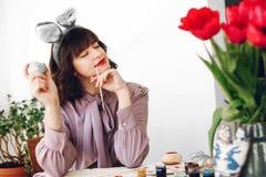 pojęcie Easter szczęśliwy piękna elegancka dziewczyna w królików ucho smili Obrazy Stock