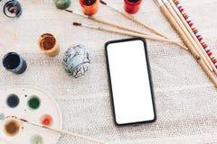 pojęcie Easter szczęśliwy telefon z pustym ekranem i Easter jajkiem Fotografia Stock