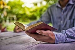 pojęcie edukacyjny Stara książka w man& x27; s ręki Zdjęcia Royalty Free