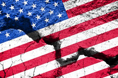 Pojęcie, flaga amerykańska na krakingowym tle Obrazy Stock