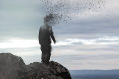 Pojęcie fotografia kapturzasta postaci pozycja na wzgórzu jako jego głowa rozpada się w powietrze obrazy royalty free